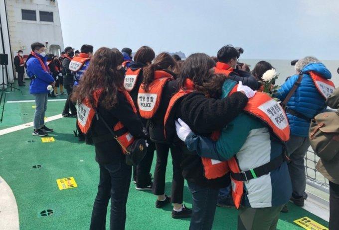 헌화를 하다 울음이 터진 세월호 유가족의 모습 /사진=김지현 기자