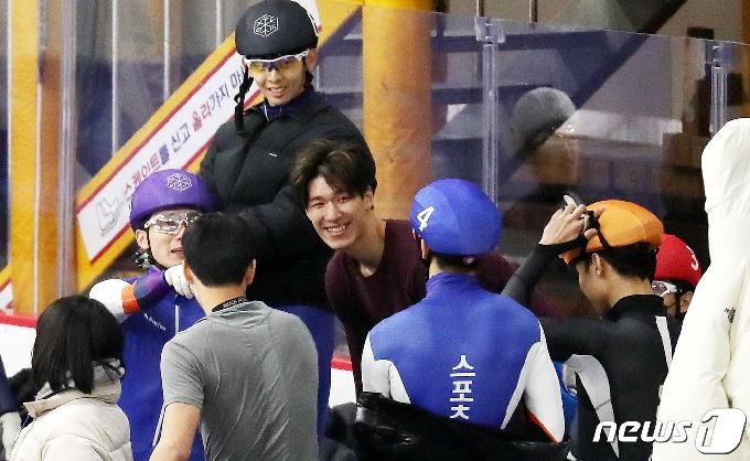 [사진] 선배들과 반갑게 인사하는 황대헌