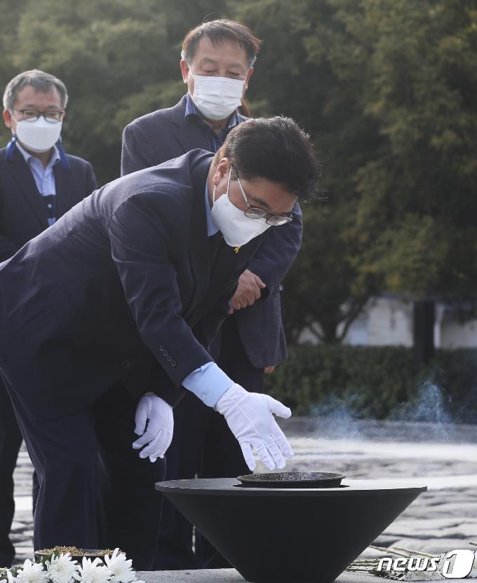 [사진] 고 노무현 전 대통령 묘역 찾은 우원식