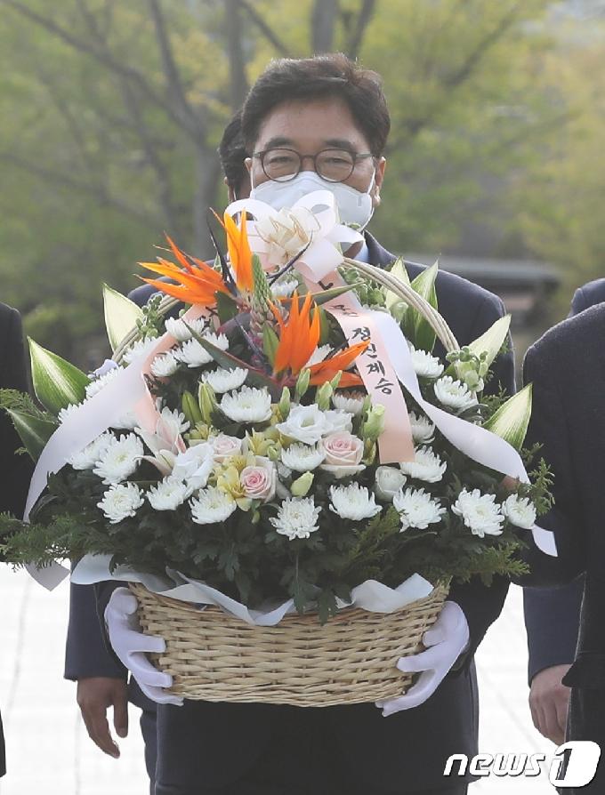 [사진] 우원식, 故 노무현 전 대통령 묘역 헌화