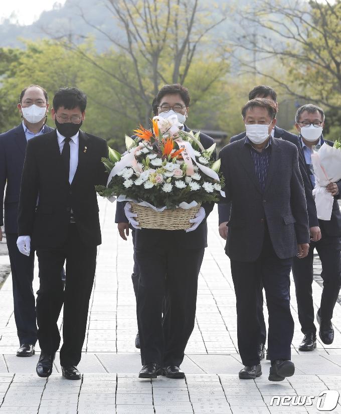 [사진] 우원식 당대표 후보 '고 노무현 전 대통령 묘역 방문'