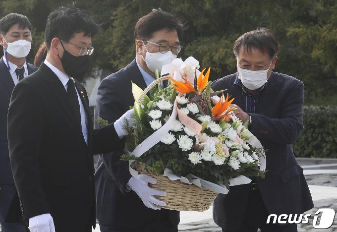 [사진] 헌화하는 우원식 당대표 후보