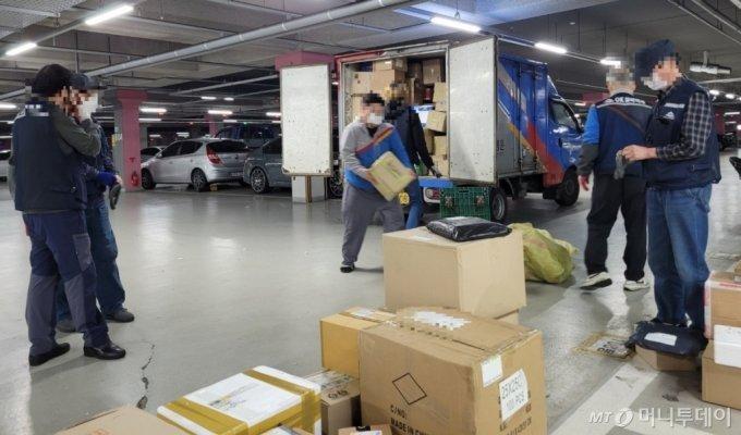 16일 인천 미추홀구 SK스카이뷰 아파트 지하주차장에서 한 택배기사가 물품을 내리고 있다. 이 물품은 각 단지로 '실버택배원'들이 배송한다. / 사진 = 오진영 기자
