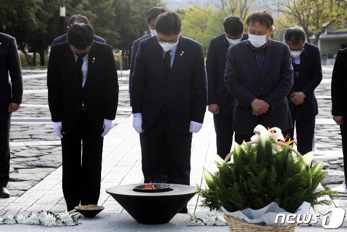 [사진] 묵념하는 우원식 당대표 후보