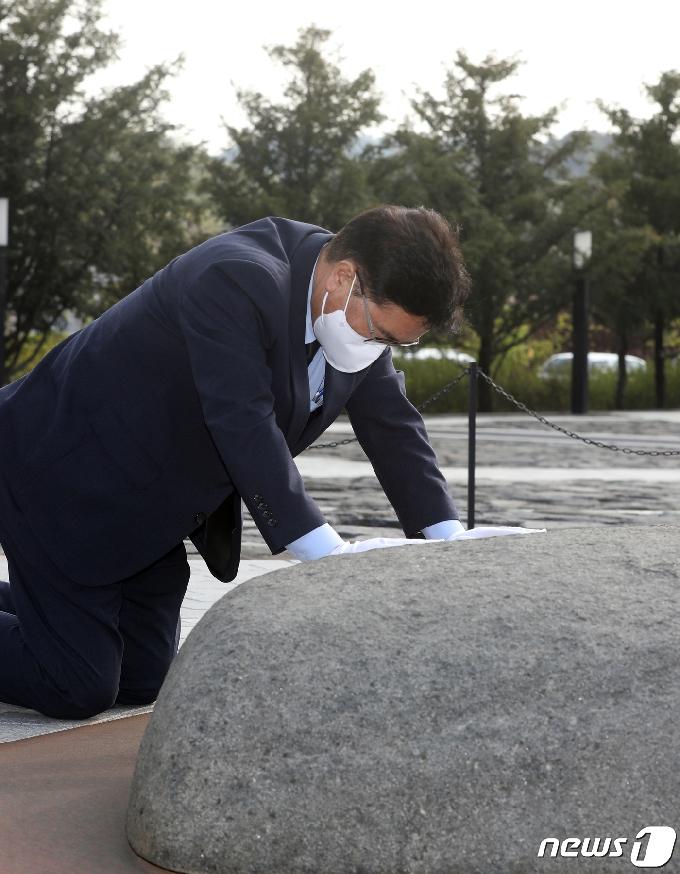 [사진] 너럭바위 어루만지는 우원식 당대표 후보