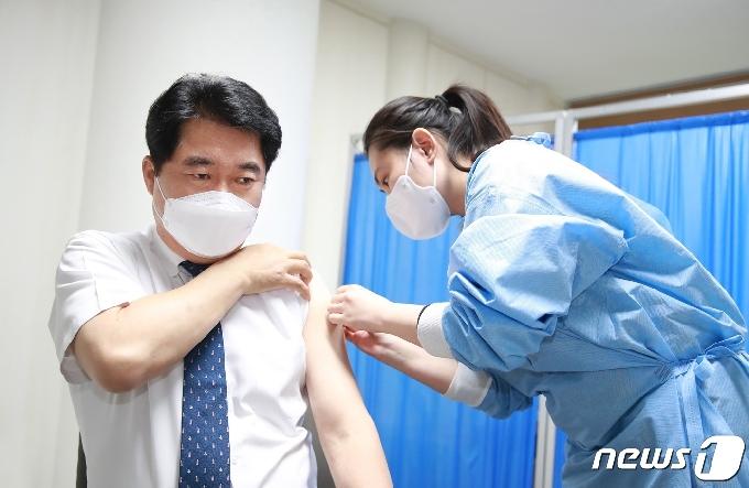 [사진] 박준희 관악구청장, 아스트라제네카 백신 접종
