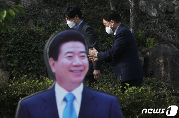 [사진] 우원식 당대표 후보, 권양숙 여사 예방