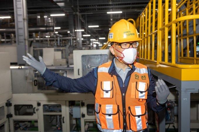 포스코케미칼 양극재 광양공장 이상영 공장장이 제조라인에서 공정을 설명하고 있다/사진제공=포스코케미칼