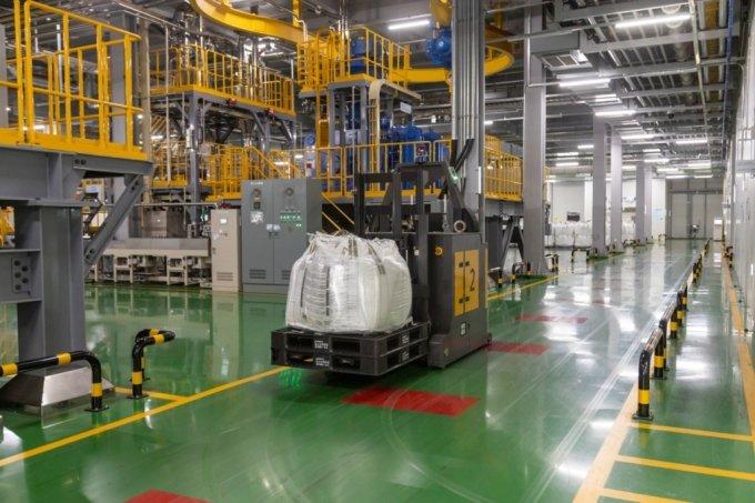 포스코케미칼 광양공장에서 AGV가 공정에 원료를 투입하기 위해 이동하는 모습./사진제공=포스코케미칼