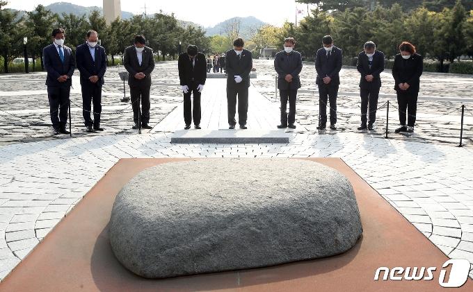 [사진] 묵념하는 우원식 더불어민주당 당대표 후보