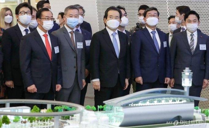 정세균 국무총리, 홍선근 머니투데이 회장 등 참석자들이 28일 서울 동대문디자인플라자에서 열린 '2020 그린뉴딜 엑스포' 개막식에서 SK이노베이션 부스를 둘러보고 있다. /사진=이기범 기자 leekb@