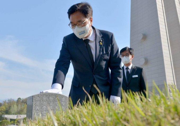 더불어민주당 대표에 도전하는 우원식 의원이 이달 15일 오후 광주 북구 운정동 국립5·18민주묘지를 찾아 윤상원·박기순 열사 묘비를 어루만지고 있다. / 사진제공=뉴시스