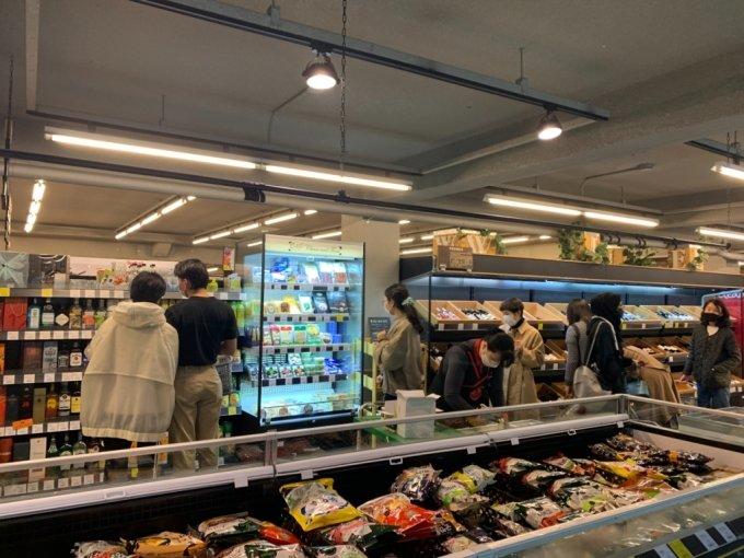 이날 오후 3시쯤 사러가 쇼핑센터에  장을 보러 온 손님들이 가득하다.  특히 20대 연인들의 모습도 눈에 띈다./사진= 임찬영 기자