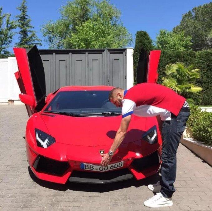 벤제마가 빨간색 람보르기니를 보고 있다./사진=벤제마 인스타그램