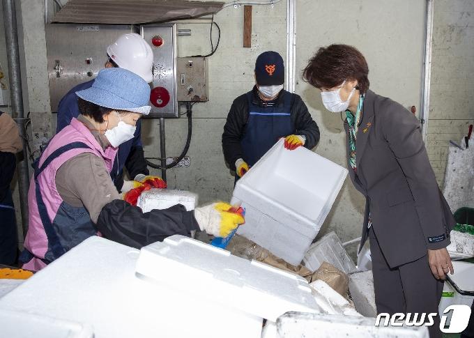 [사진] 한정애 장관, 재활용수집소 현장 방문