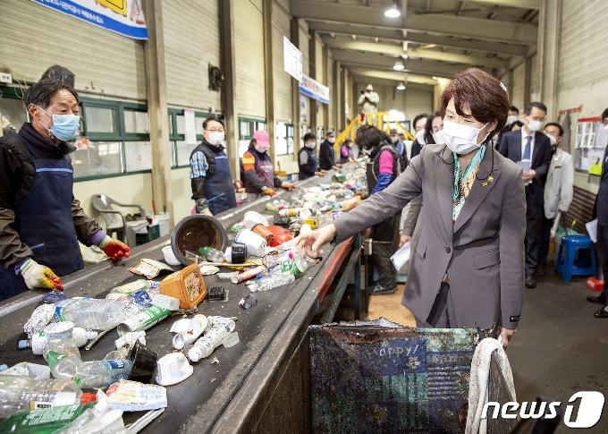 [사진] 한정애 장관, 김포 재활용수집소 현장 방문