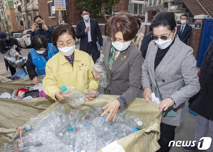 [사진] 재활용품 수거현장 점검 나선 한정애 장관