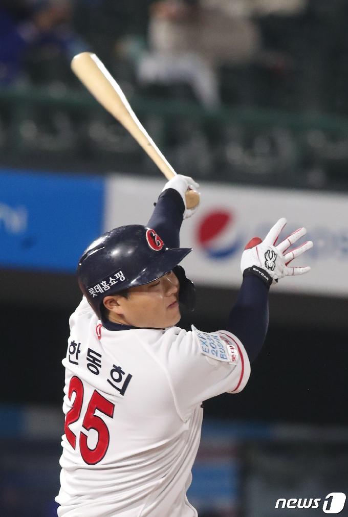 [사진] 롯데 한동희 '따라간다'