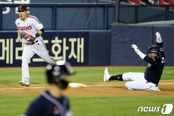 [사진] 김민성, 위기 상황서 나온 호수비