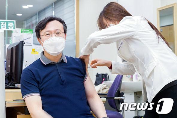 [사진] 백신 접종하는 채현일 영등포구청장