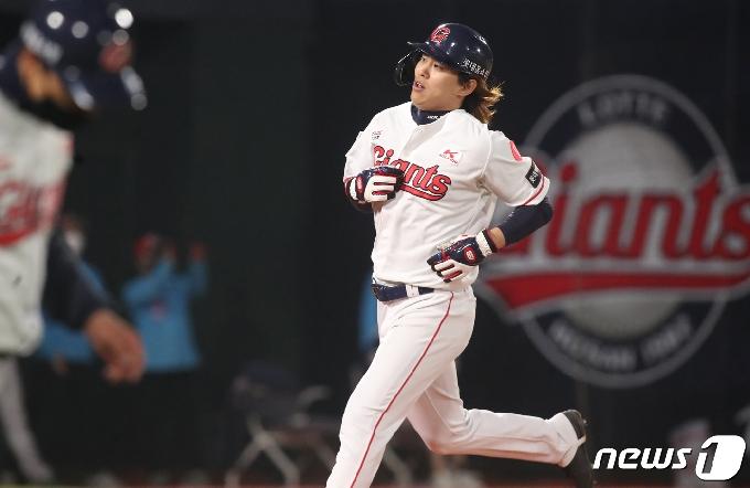 [사진] 롯데 김재유 '폭투로 홈인'