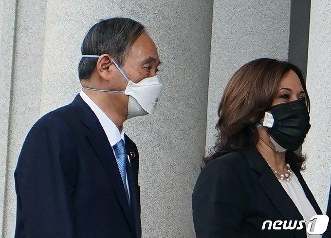 스가 요시히데 일본 총리가 16일(현지시간) 미 백악관에서 카밀라 해리스 부통령과 만나고 있다. © AFP=뉴스1