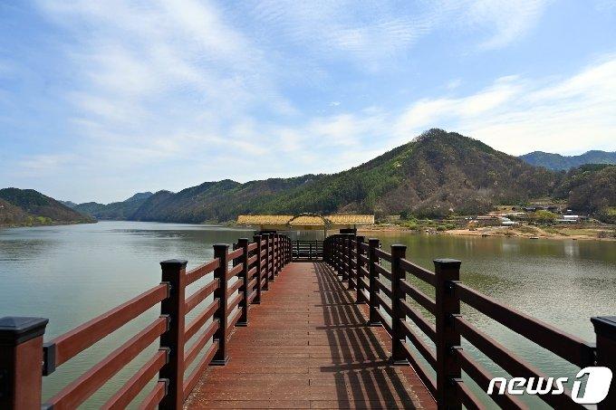 충북 옥천군이 대청호반을 따라 조성한 향수호수길. © 뉴스1