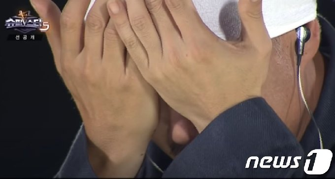 심사 도중 눈물을 흘린 가수 이하늘.(슈퍼스타K5 갈무리)© 뉴스1