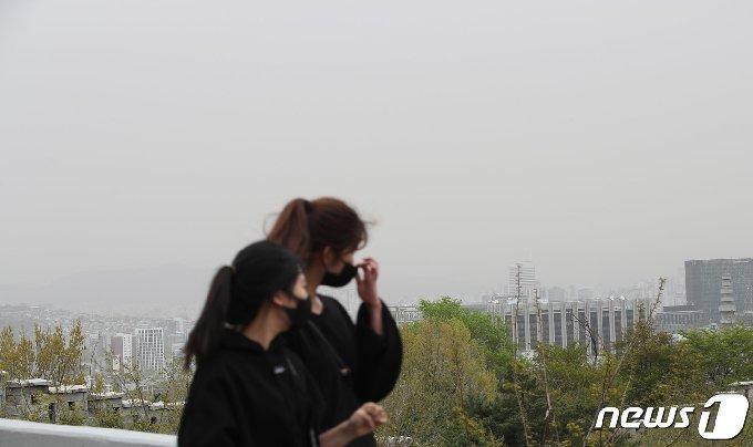 서해안과 중부지방을 중심으로 황사가 관측되고 전국 곳곳의 미세먼지 농도가 '나쁨' 수준을 나타내고 있는 17일 오전 서울 도심 하늘이 뿌옇게 보이고 있다. 2021.4.17/뉴스1 © News1 박정호 기자