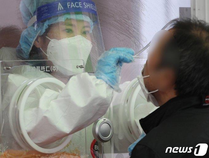 (서울=뉴스1) 박정호 기자 = 17일 오전 서울 중구 봉래동 서울역 광장에 마련된 중구 임시선별진료소에서 시민들이 검체 검사를 받고 있다.   이날 0시 기준 신종 코로나바이러스 감염증(코로나19) 신규 확진자는 전날 대비 15명 줄어 658명이 발생, 사흘째 확진자가 600명대를 기록하고 있다. 2021.4.17/뉴스1