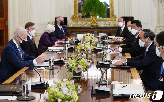 조 바이든 미국 대통령이 16일(현지시간) 워싱턴 백악관에서 스가 요시히데 일본 총리와 취임 후 첫 대면 정상회담을 하고 있다. © AFP=뉴스1 © News1 우동명 기자