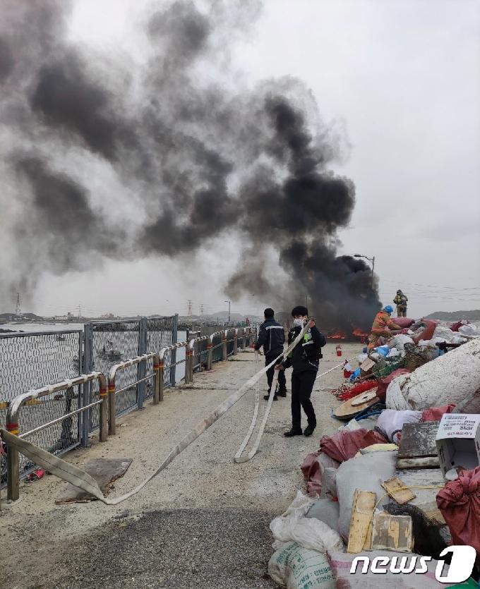 [사진] 통발 화재 진압하는 인천해경 영흥파출소 근무자들
