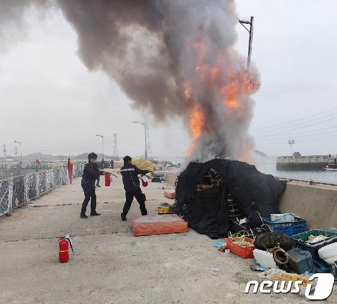[사진] 화재 진압하는 영흥파출소 직원들