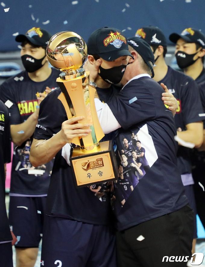 [사진] 우승의 기쁨 나누는 한선수·산틸리