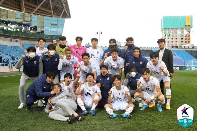 승리 후 기념촬영에 임하고 있는 제주 유나이티드 선수단.  /사진=한국프로축구연맹 제공