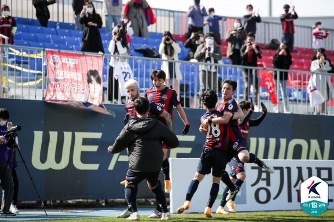 한승규의 극적인 골이 터지자 기뻐하는 수원FC 선수들.  /사진=한국프로축구연맹 제공