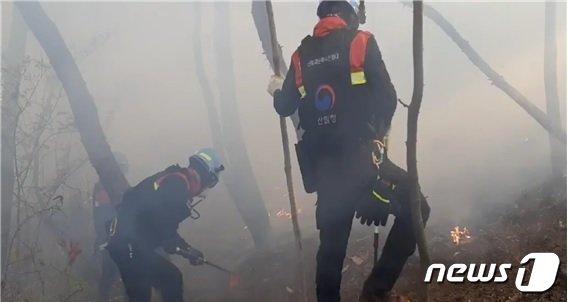 여수시 봉계동 한 야산에서 발생한 화재 진화 중인 산불재난특수진화대 모습.(산림청 제공) 2021.4.17© 뉴스1