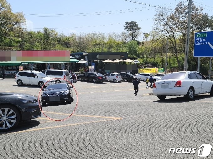 시도를 달리던 차량(붉은색 원 안)이 중앙선을 넘어 사고 지점으로 향하고 있다.© 뉴스1