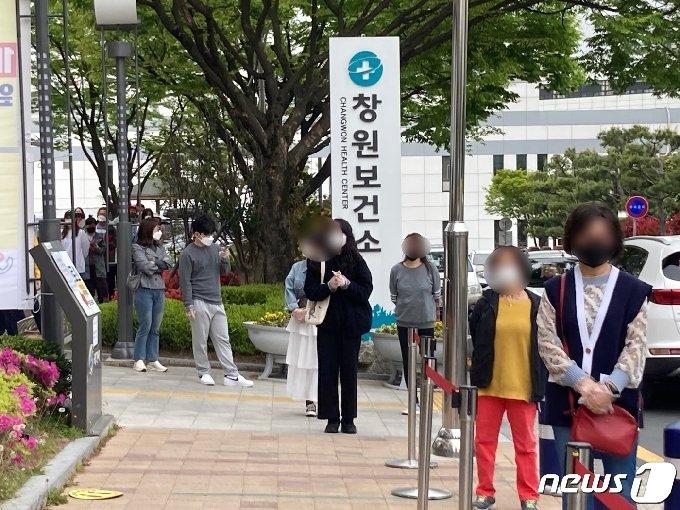 창원보건소 선별진료소 앞에서 코로나19 검사를 받기 위해 기다리는 시민들 2021.4.16/뉴스1 © News1 김다솜 기자