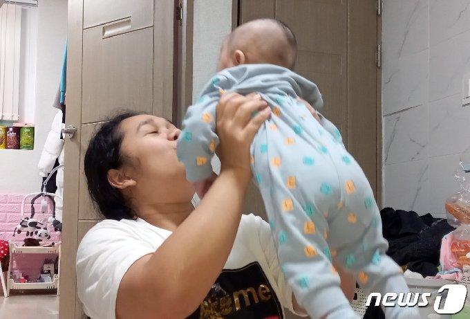 불법 체류자의 신분으로 일하며 불안불안한 삶 속에 아이까지 낳은 태국 출신 단나파씨. © News1 박영래 기자