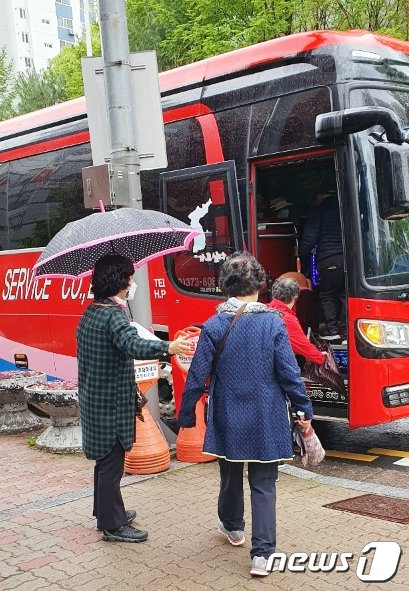 광주 서구가 75세 이상 어르신 백신접종을 위해 버스를 대절해 접종센터 이동을 돕고있다. (광주서구 제공) 2021.4.18/뉴스1