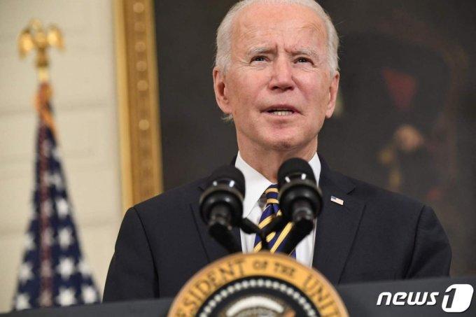 (워싱턴 AFP=뉴스1) 우동명 기자 = 조 바이든 미국 대통령이 24일(현지시간) 워싱턴 백악관에서 반도체· 희토류 ·배터리 등 핵심 품목의 공급망을 확보하는 내용의 행정명령에 서명을 하기 전에 연설을 하고 있다.   (C) AFP=뉴스1
