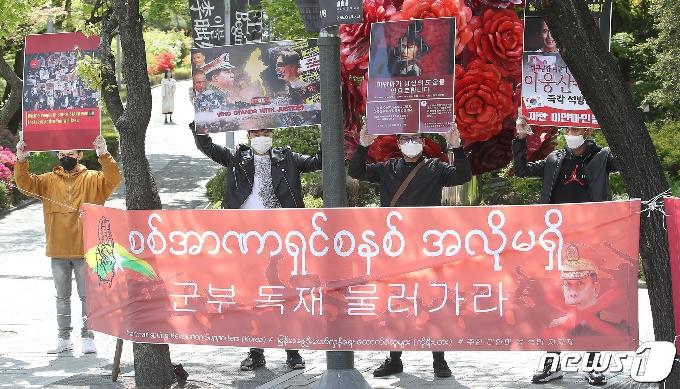 [사진] '군부 쿠데타 반대 피켓 든 미얀마 청년들'
