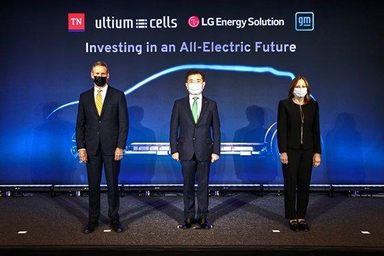 왼쪽부터 테네시주 빌 리(Bill Lee) 주지사, LG에너지솔루션 김종현 사장, GM 메리 바라(Mary Barra) 회장./사진제공=LG에너지솔루션