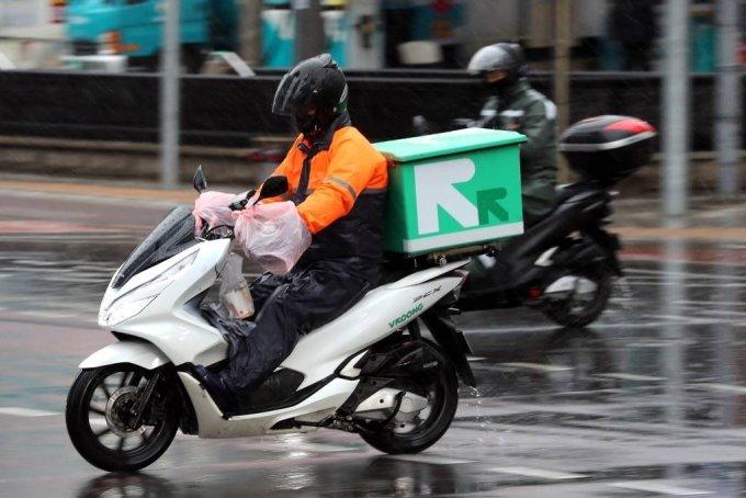서울 도심에서 라이더들이 비가 내리는 가운데 배달을 하고 있다. / 사진=뉴시스