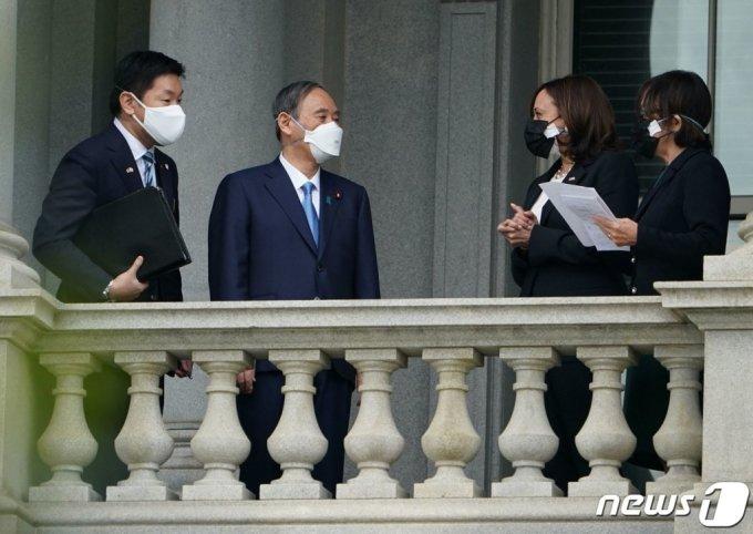 (워싱턴 AFP=뉴스1) 우동명 기자 = 스가 요시히데 일본 총리가 16일(현지시간) 워싱턴 백악관에서 카멀라 해리스 미국 부통령과 회담에 앞서 발코니서 얘기를 하고 있다.   (C) AFP=뉴스1
