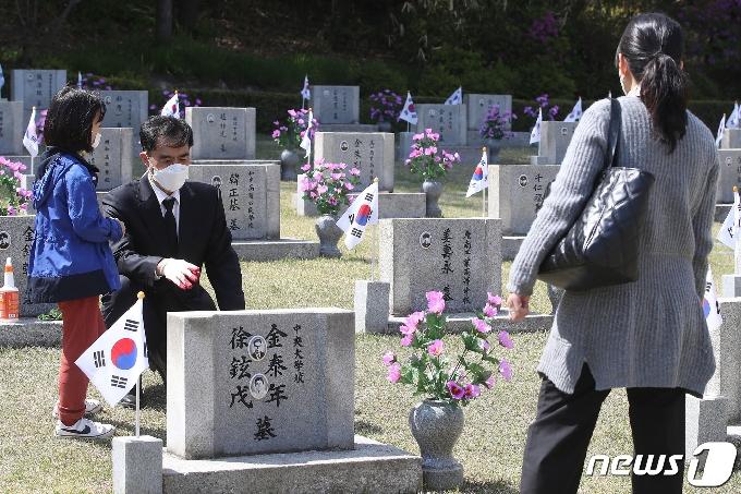 [사진] '4·19 민주묘지 찾은 유가족'