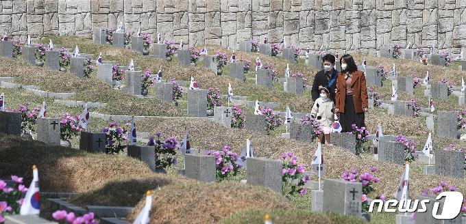 [사진] '4·19 민주묘지 찾은 시민들'