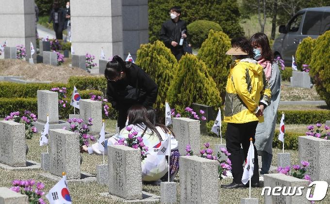 [사진] '4·19 민주묘지 참배하는 시민들'