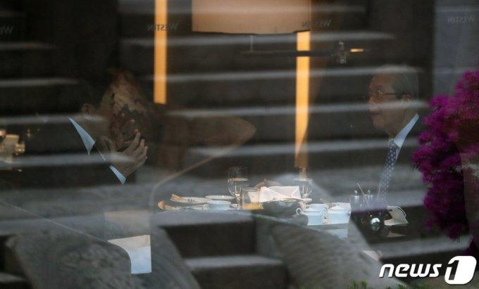 김종인 전 국민의힘 비상대책위원장과 금태섭 전 무소속 의원이 16일 오전 서울 중구의 한 호텔에서 조찬 회동을 갖고 있다. /사진=뉴스1